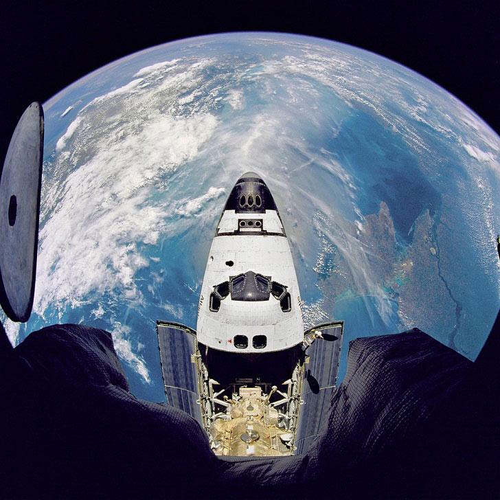 Космический аппарат пролетает над